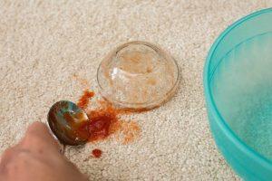 حذف-لکه-سس-گوجه-فرنگی-از-فرش-مبل-قالیشویی