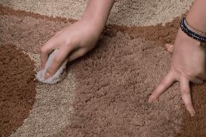 ازبین-بردن-لکه-زعفران-از-فرش